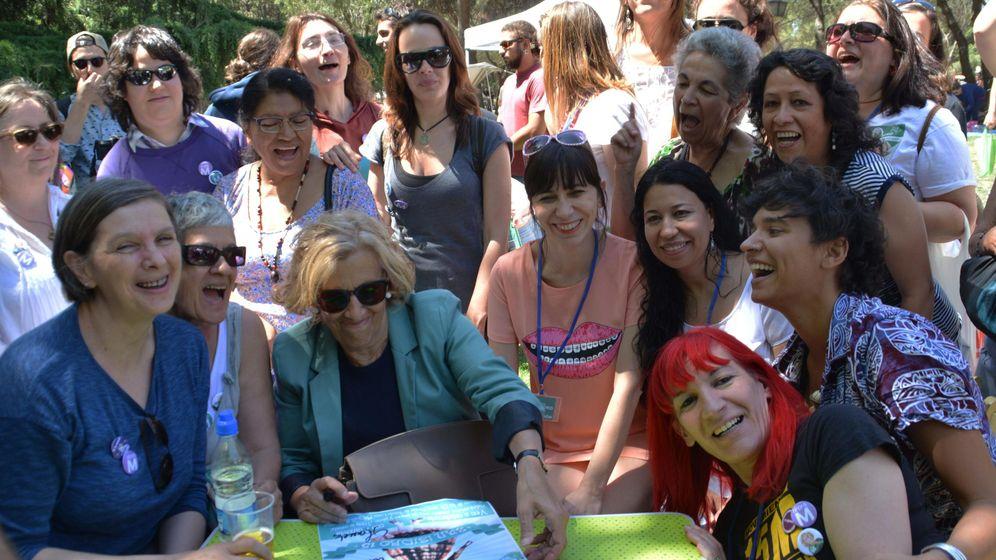 Foto: Manuela Carmena, durante un encuentro de mujeres y feminismo en la pradera de San Isidro. (EFE)