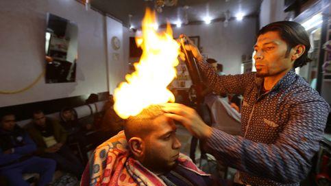 El peluquero que utiliza fuego para peinar a sus clientes