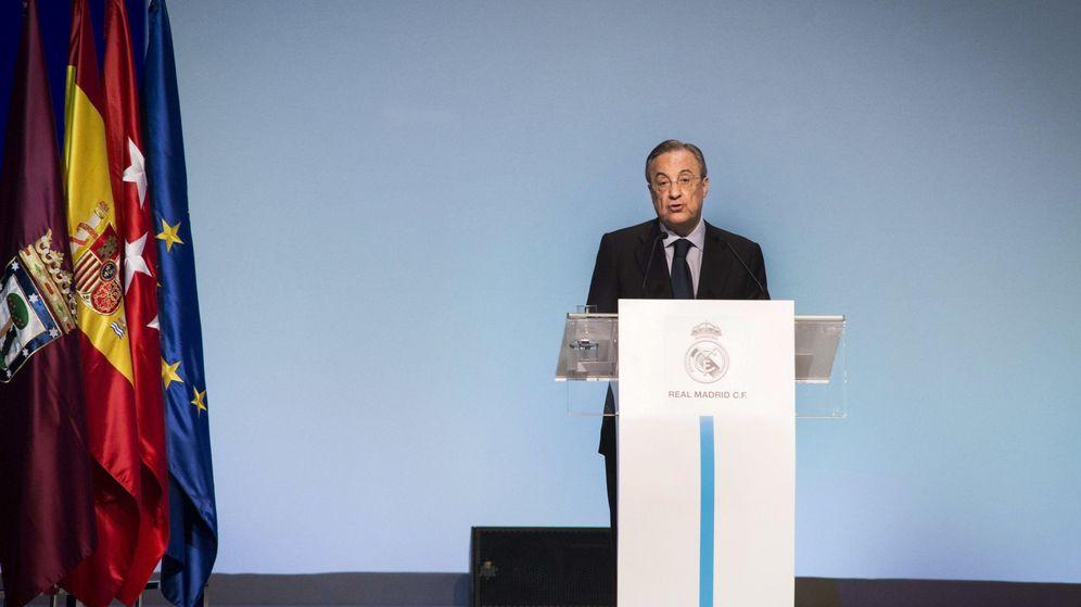 Foto: Florentino Pérez se dirige a los socios durante una Asamblea General Ordinaria. (Efe)