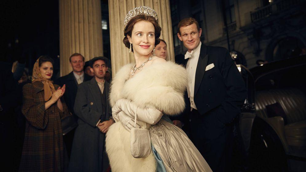 Foto: Claire Foy como Isabel II y Matt Smith en el rol del Duque de Edimburgo