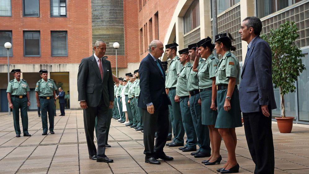 Foto: El ministro del Interior, Jorge Fernández Díaz, acompañado del director general de la Guardia Civil, Arsenio Fernández de Mesa, en Barcelona. (Efe)