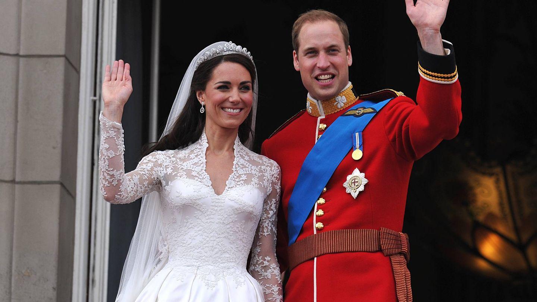 Kate y Guillermo saludan en el día de su boda. (Getty)