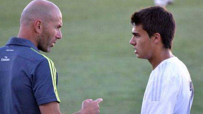Zidane y Reguilón, durante un entrenamiento del Real Madrid cuando el defensa aún estaba en el Castilla.