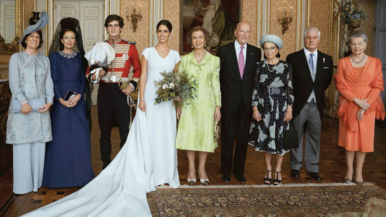 De izquierda a derecha: Sofía Barroso, Matilde Solís, los duques de Huéscar, la reina Sofía, el rey Simeón, Margarita Gómez-Acebo, el duque de Alba y Ana de Francia. (EFE)