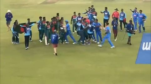 La final del mundial juvenil de cricket termina en medio de una batalla campal