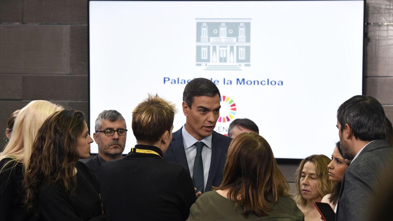 Pedro Sánchez conversa con los periodistas tras su comparecencia de este sábado en la Moncloa. (EFE)