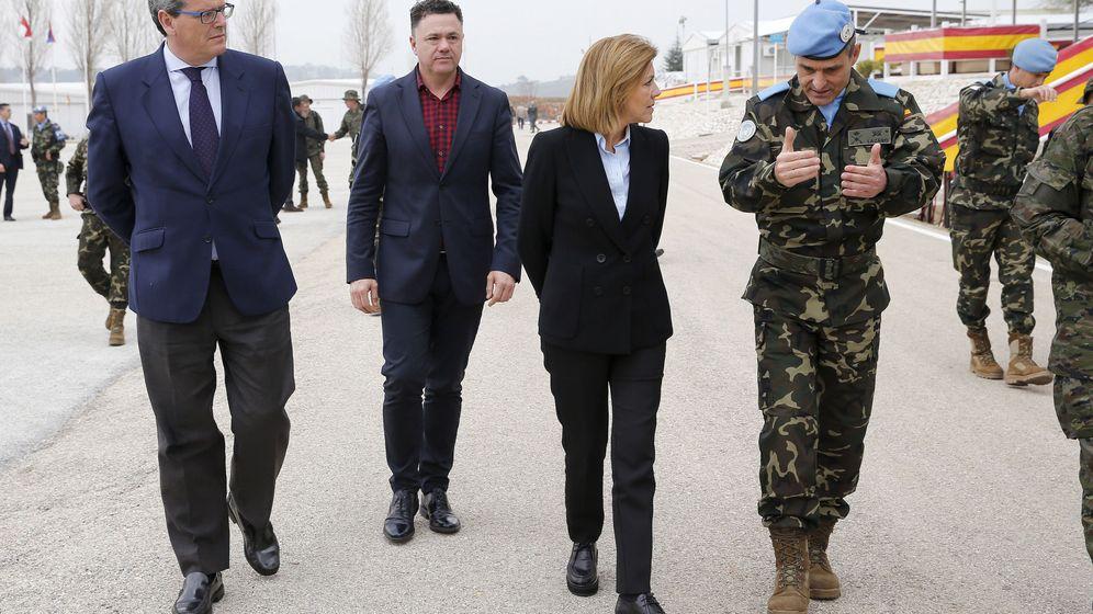 Foto: El diputado Juan Antonio Delgado (c-d.), junto a la ministra de Defensa, María Dolores de Cospedal, el coronel Aroldo Lázaro y el diputado del PP Ricardo Tarno (izq). (EFE)