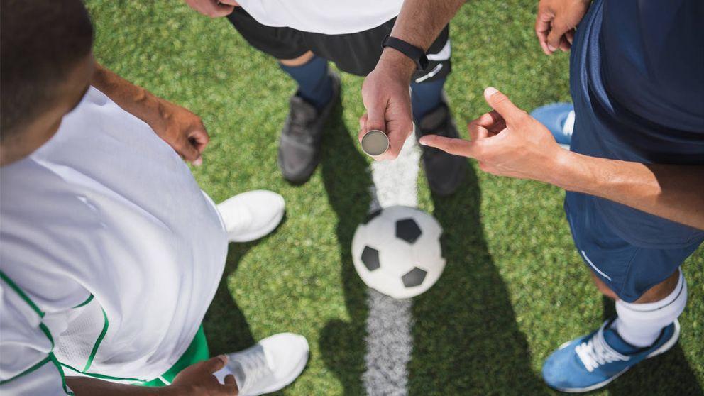 Un árbitro se olvida la moneda y decide el saque inicial a piedra, papel o tijera