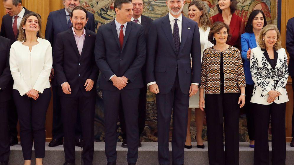 Foto: Felipe VI junto a los miembros del nuevo Gobierno de coalición tras su toma de posesión. (EFE)