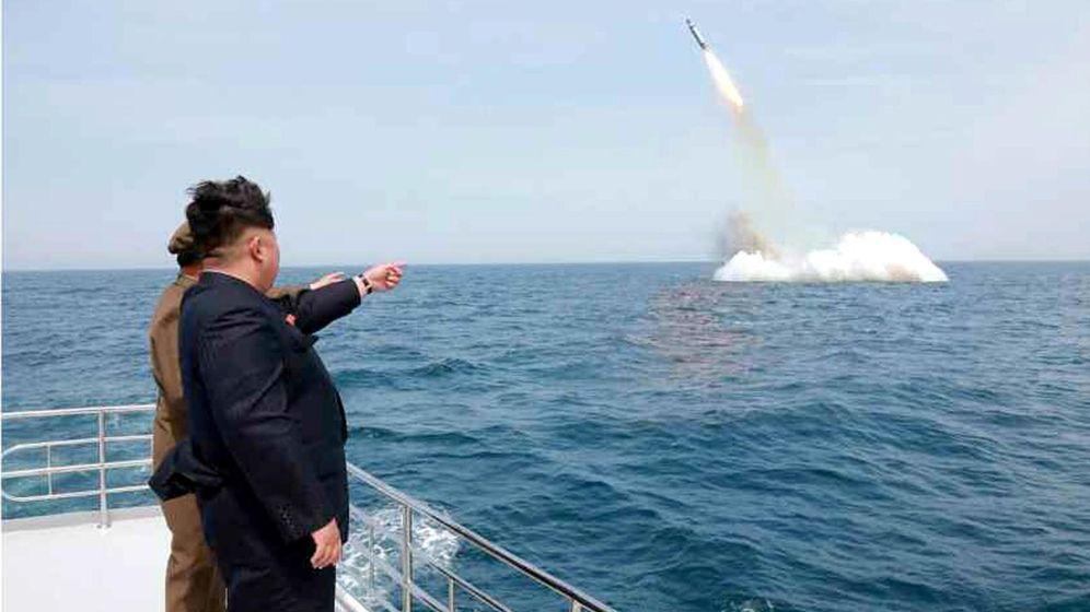 Foto: El líder norcoreano Kim Jong-un asiste a una prueba con misiles balísticos submarinos cerca de Sinpo, en la costa noroeste del país, en mayo de 2015. (EFE)