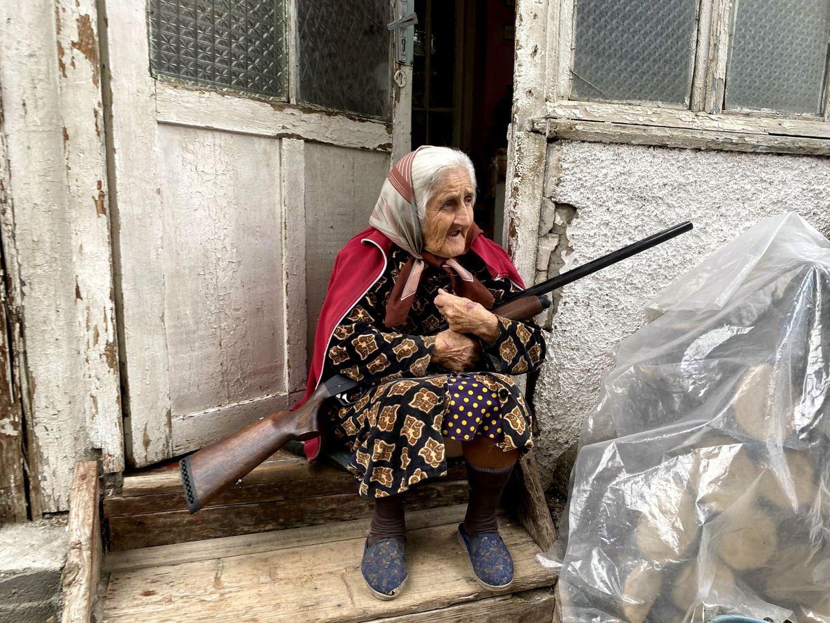 Foto: Una anciana con su escopeta en la puerta de su casa en Stepanakert, la capital del enclave separatista de Nagorno Karabaj disputada por Azerbaiyán y Armenia. (EFE)