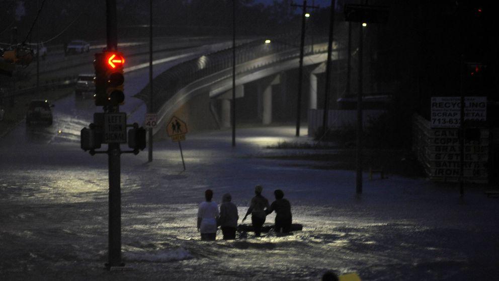 El huracán Harvey desborda los embalses de Houston y deja al menos 30 muertos