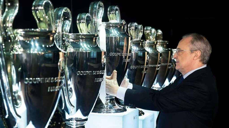 Foto: Pérez contempla las Champions League del Real Madrid. (EFE)