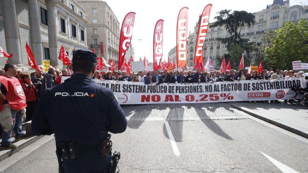 Foto: Manifestación convocada por UGT y CCOO en defensa de unas pensiones dignas. (EFE)