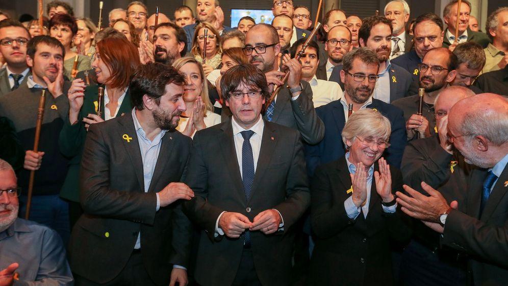 Foto: El expresidente de la Generalitat catalana Carles Puigdemont (c), y los 200 alcaldes independentistas participan en el acto celebrado en Bruselas. (EFE)