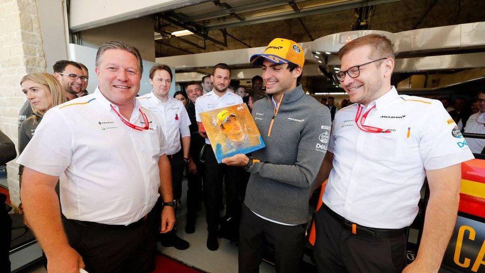 Foto: La relación de Sainz con Brown y Seidl ha sido clave para su fichaje por Ferrari, pero McLaren necesitaba cubrirse la espaldas