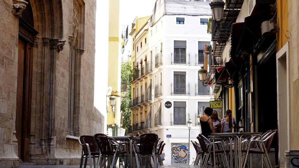 Foto: La terraza de un bar frente al edificio de La Lonja, en el centro histórico de Valéncia. (EFE)