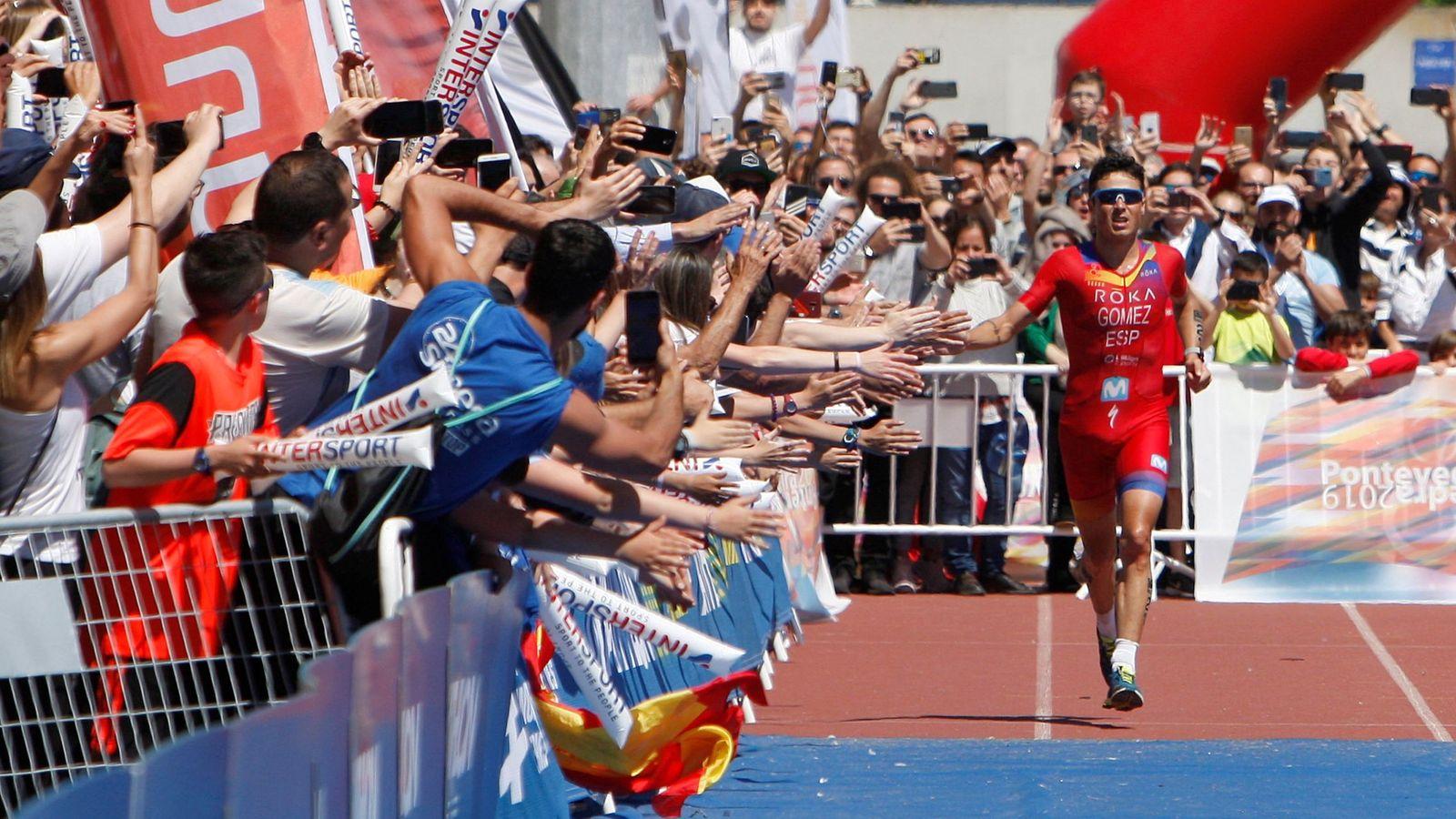Foto: Gómez Noya choca las manos de los aficioandos en el Mundial de Larga Distancia celebrado en Pontevedra. (EFE)