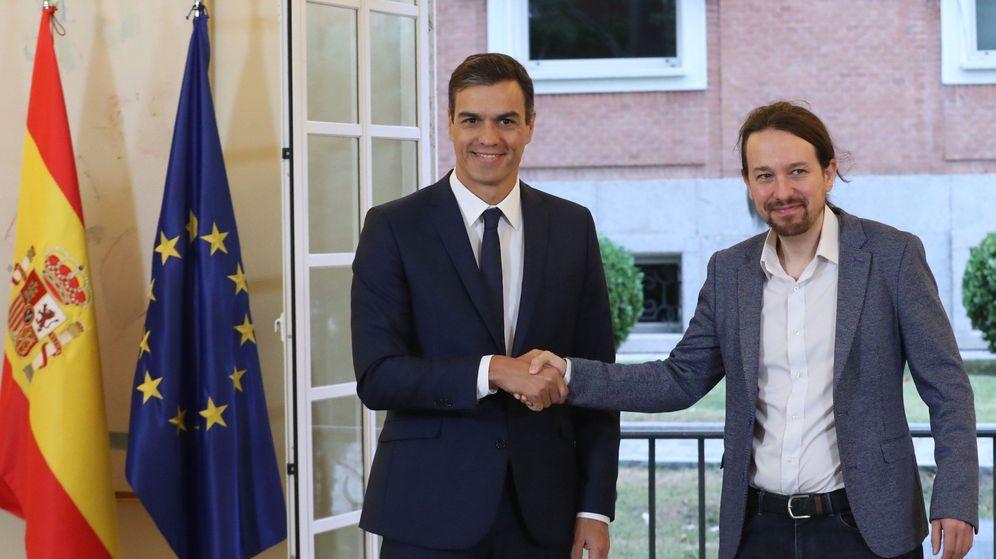 Foto: El presidente del Gobierno, Pedro Sánchez (izda), y el secretario general de Podemos, Pablo Iglesias, han firmado hoy en el Palacio de la Moncloa el acuerdo sobre el proyecto de ley de presupuestos para 2019. (EFE)