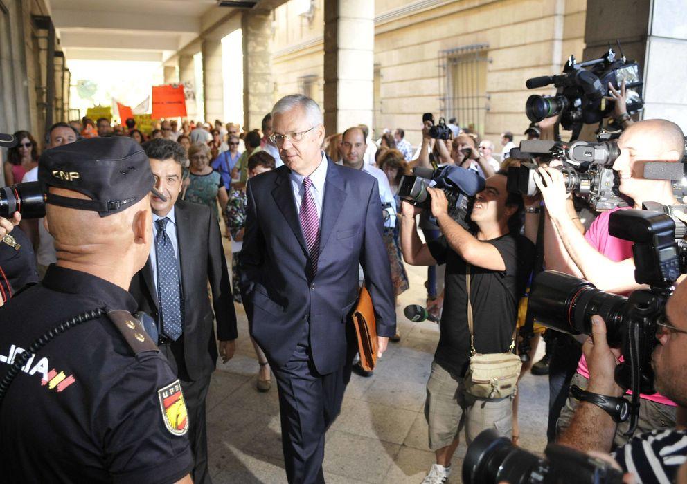 Foto: El exinterventor Manuel Gómez a su llegada a los juzgados de Sevilla. (EFE)
