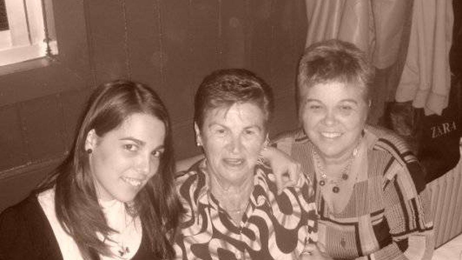 Foto: Imagen facilitada por la familia de Nagore Laffage en la que aparece junto a su madre y su abuela. (EC)