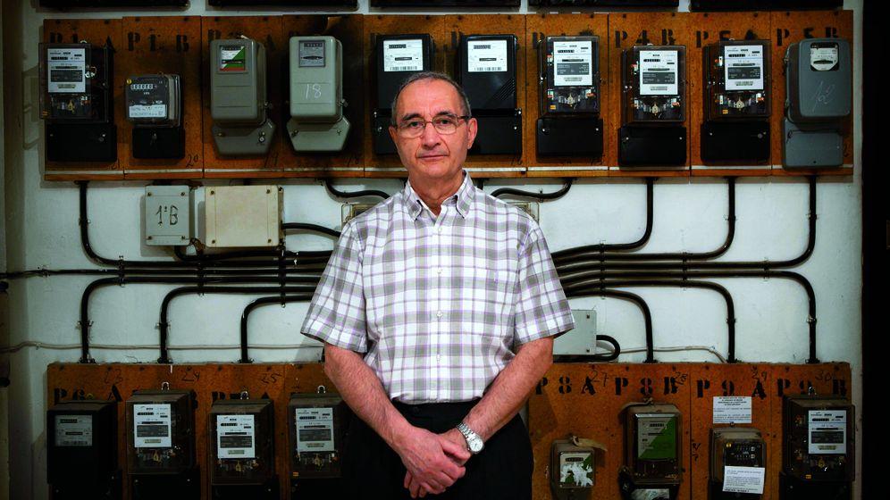 Foto: Antonio Moreno, frente a los contadores de la luz (cedida por Interviú)
