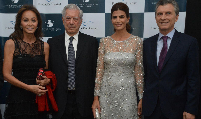 Foto: Mario Vargas Llosa e Isabel Preysler con Mauricio Macri y Juliana Awada (EFE)