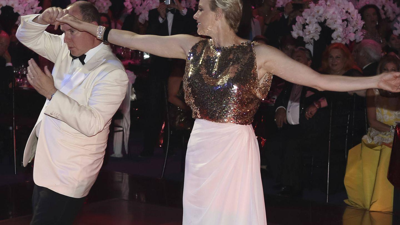 Bailando en un baile de la Cruz Roja. (Getty)