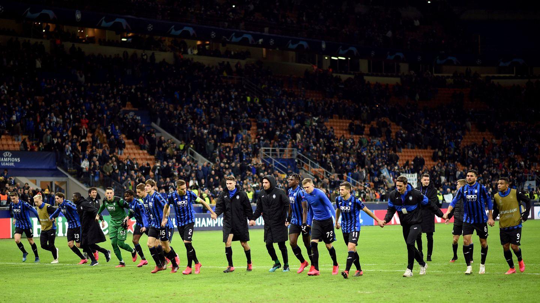Los jugadores del Atalanta festejan el triunfo con sus aficionados. (Reuters)