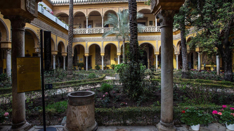 Interior del palacio de las Dueñas de Sevilla. (EFE)
