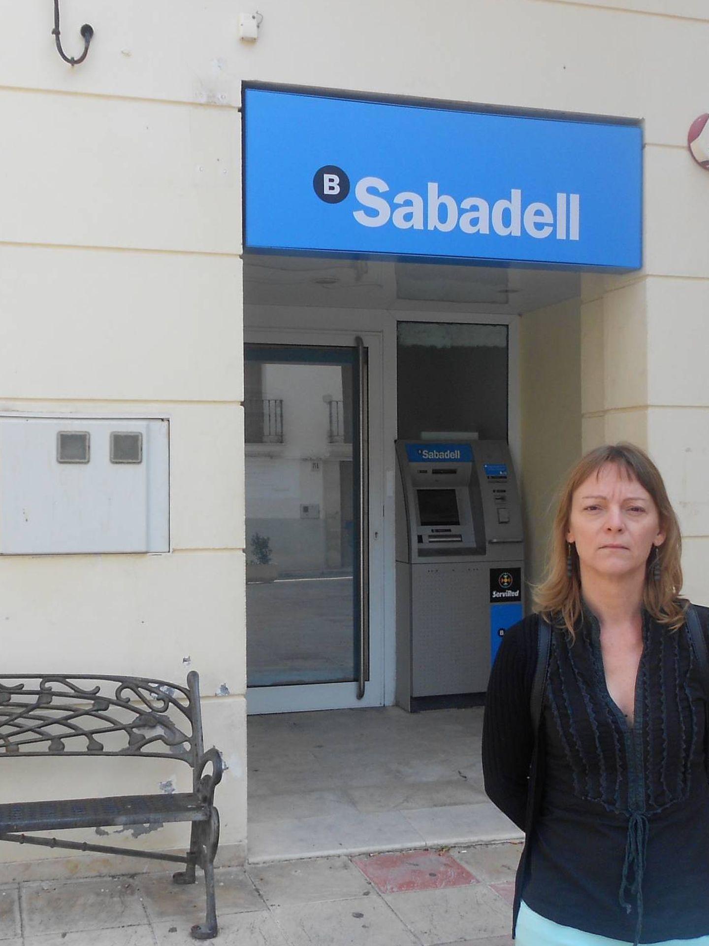 Anna Dèlia Gisbert, alcaldesa de Benilloba, a las puertas de la sucursal cerrada. (V. R.)