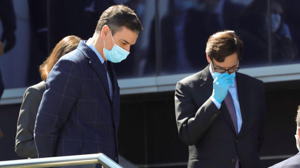 Foto: Pedro Sánchez, protegido con mascarilla, junto al ministro de Sanidad, Salvador Illa, durante su visita este viernes a las instalaciones de la empresa Hersill. (EFE)