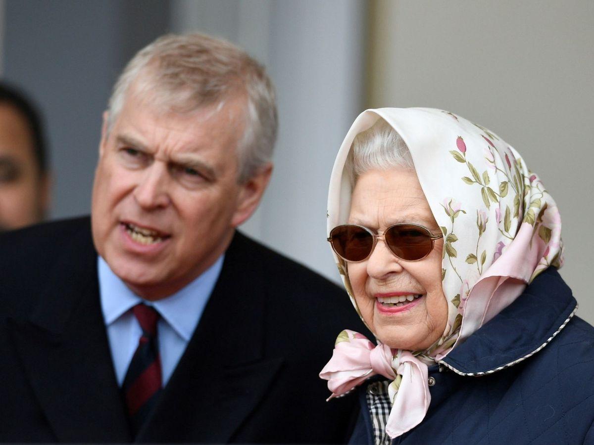 Foto: EL príncipe Andrés e Isabel II en una imagen de archivo. (EFE)
