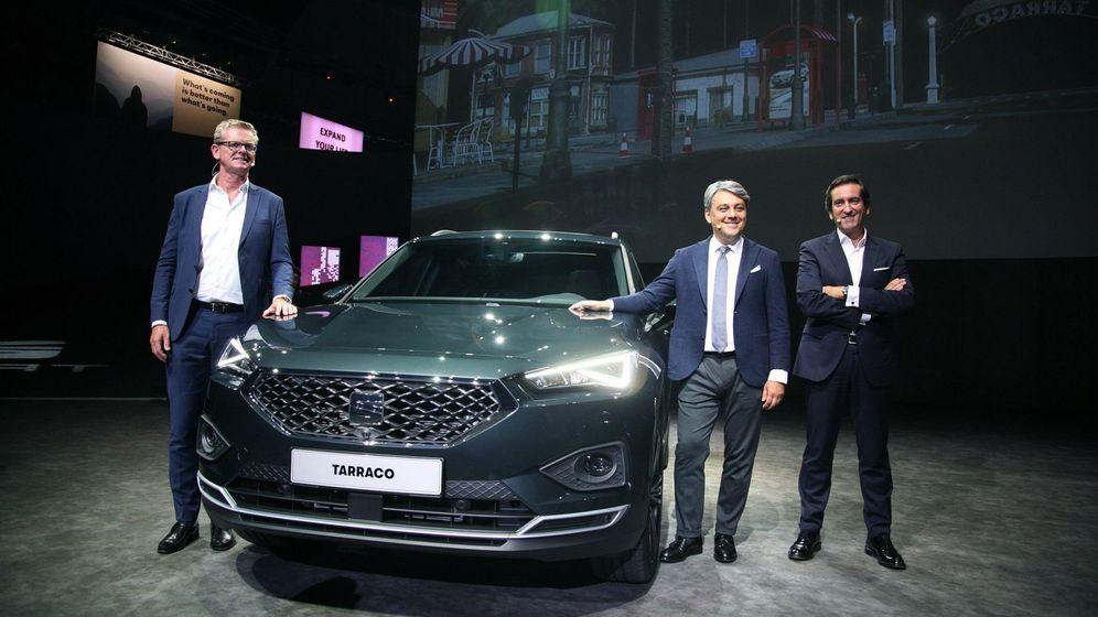 Foto: El ingeniero Matthias Rabe (i), el presidente de Seat España, Luca de Meo (c), y el diseñador del modelo, Alejandro Mesonero, durante la presentación del Seat Tarraco. (EFE)