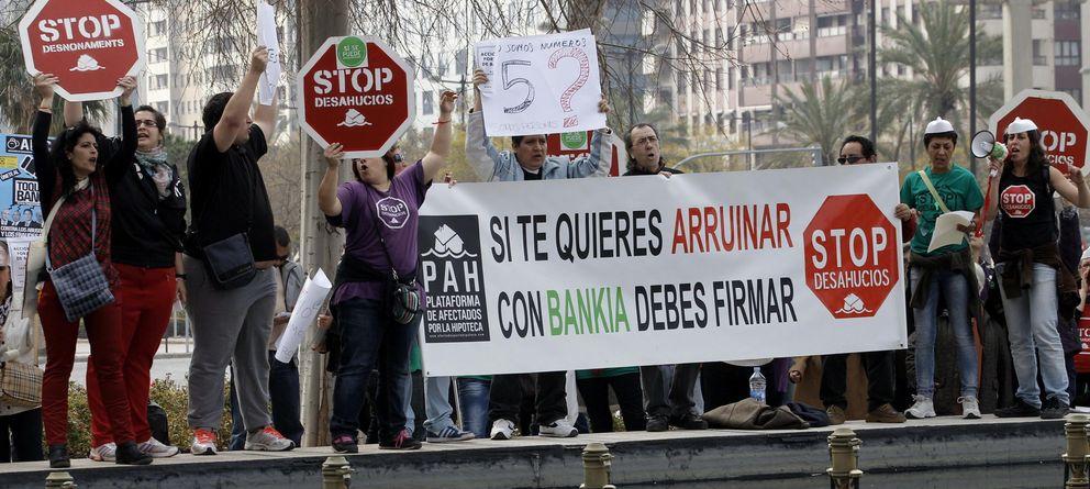 Foto: Activistas de la plataforma Stop Desahucios. (Efe)