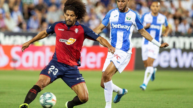 En-Nesyri disputa un balón con el defensa  Aridane Hernández, del Club Atlético Osasuna, durante la primera jornada de Liga (EFE)