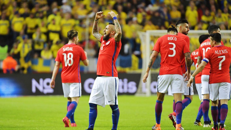 Arturo Vidal arenga al público durante un partido de Chile   EFE