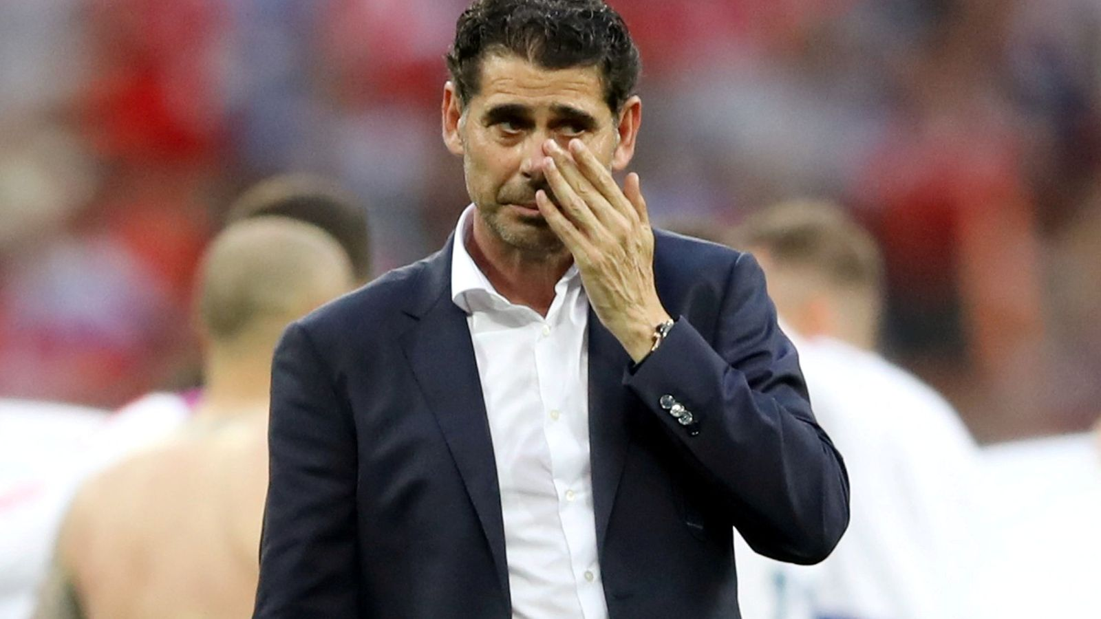 Foto: Fernando Hierro, con gesto serio y cara de decepción tras ser eliminado del Mundial de Rusia. (EFE)