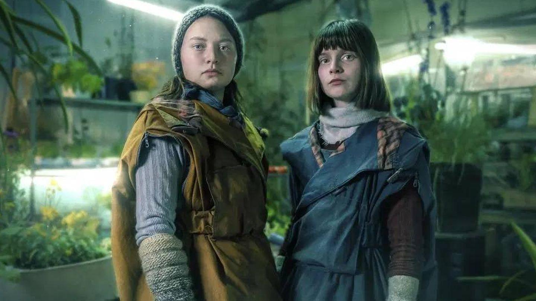 Mia (a la izquierda), en un fotograma de 'Shadows'.