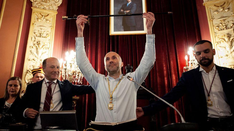 Foto: El líder del partido independiente Democracia Ourensana (DO), Gonzalo Pérez Jácome, durante su investidura como nuevo alcalde de Ourense. (EFE)