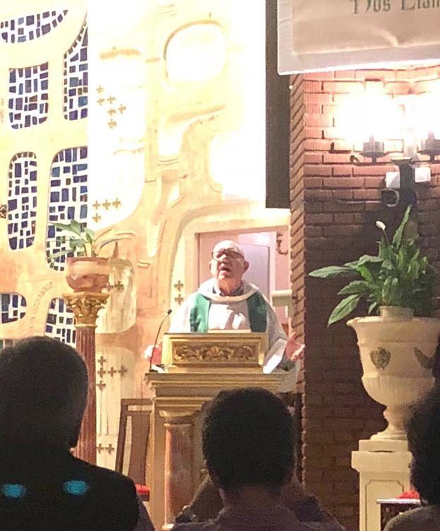 Foto: Don Pedro, el hermano de Villarejo, mientras oficia la misa. (A.G.)