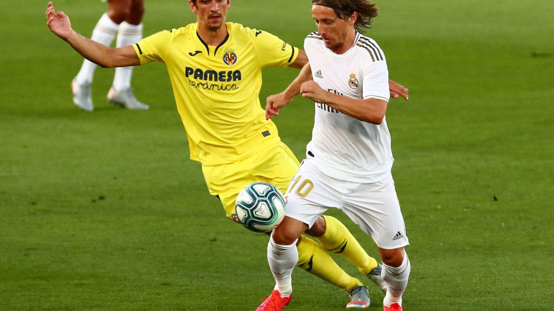 Modric conduce el balón ante Gerard Moreno. (Reuters)