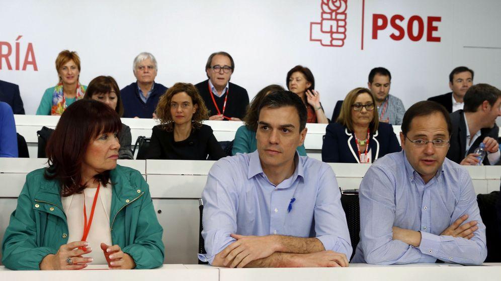 Foto: Pedro Sánchez, flanqueado por la presidenta del PSOE, Micaela Navarro, y su secretario de Organización, César Luena, durante el comité federal de este 2 de abril. (EFE)