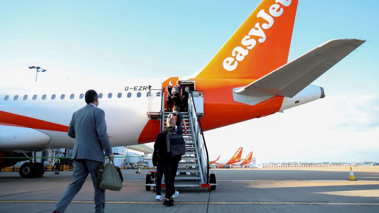 Condenan a una aerolínea que cobró 60 € por llevar un portátil fuera de la maleta