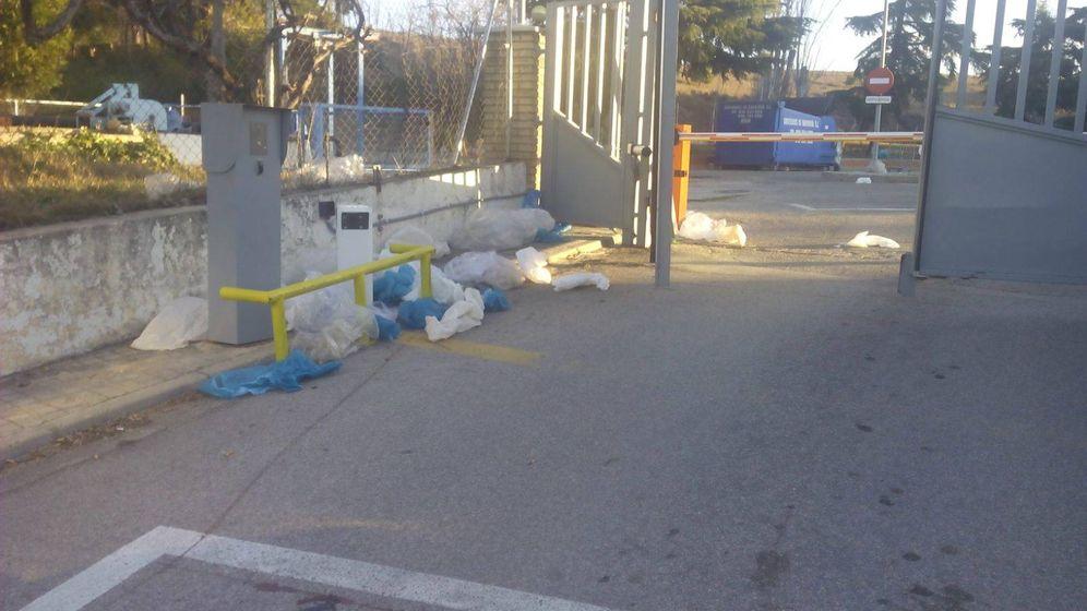 Foto: Ropa de los hospitales tirada en la entrada de la lavandería hospitalaria de Mejorada del Campo.