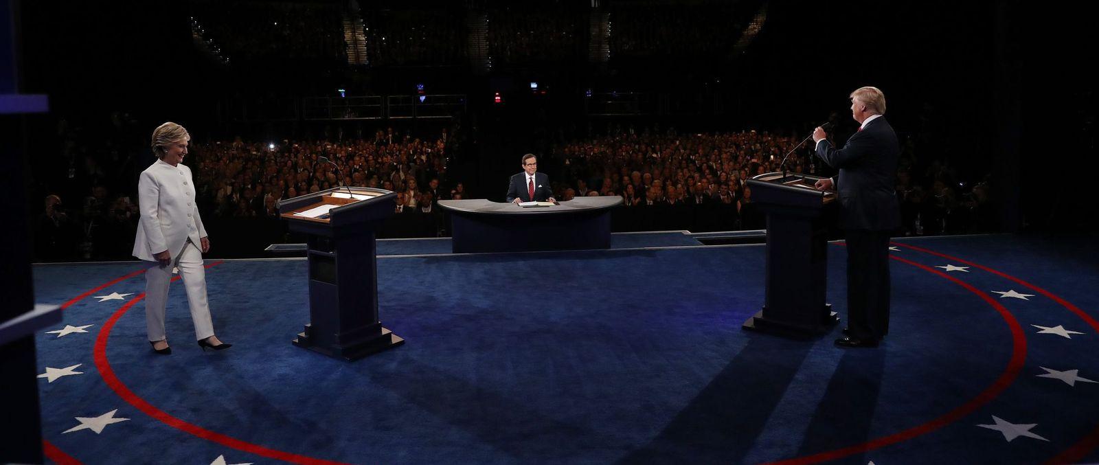 Foto: La candidata a la presidencia de EEUU por el partido Demócrata Hillary Clinton (i) y su rival del partido Republicano Donald Trump (d) durante el debate (Efe).