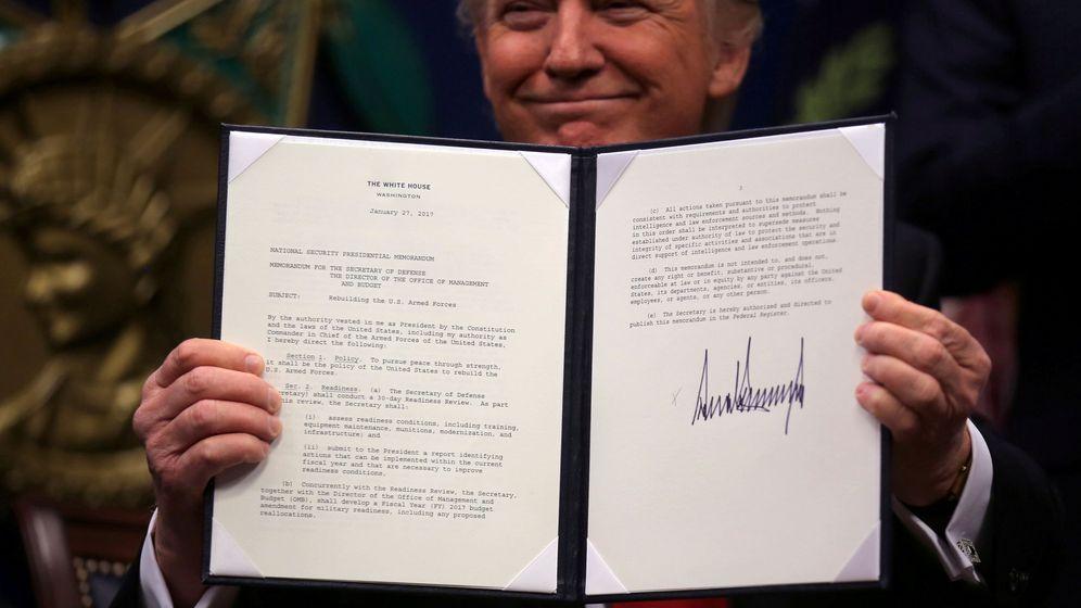 Foto: El presidente Donald Trump, con una de las órdenes ejecutivas firmadas esta semana. (Reuters)