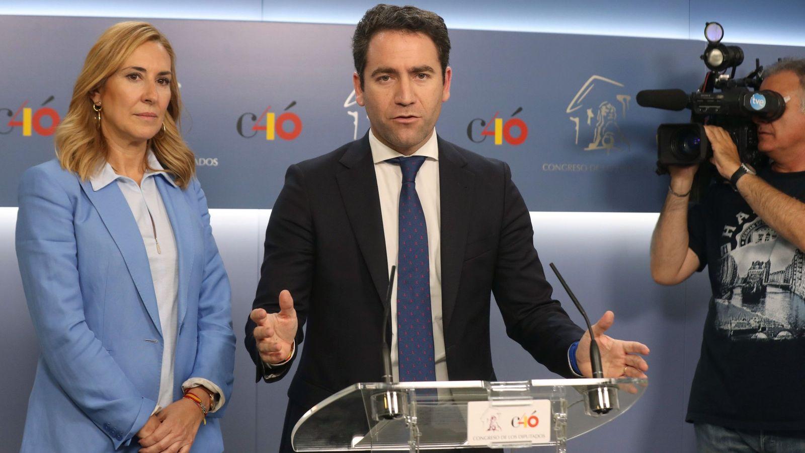 Foto: El secretario general del PP, Teodoro García Egea, y la presidenta del PP de la Comunidad de Navarra, Ana Beltrán, atienden a la prensa tras su reunión con miembros de la dirección de Vox. (EFE)