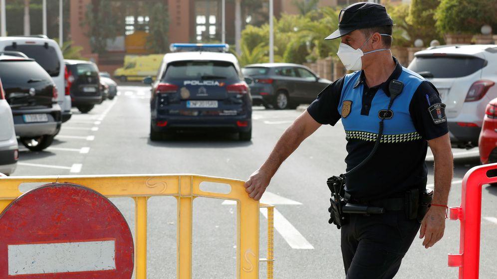 Foto: Un policía local de Tenerife se protege ante el coronavirus. (Reuters)