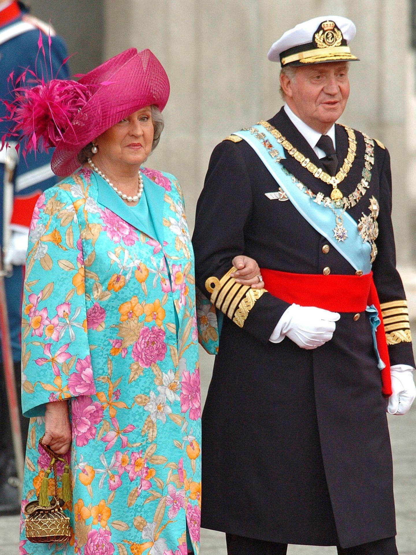 El rey Juan Carlos y la infanta Pilar, en la boda de Felipe y Letizia. (EFE)
